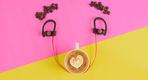Draufsichtkonzept-kaffeelächeln auf gelbem rosa hintergrund