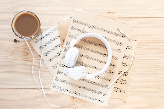 Draufsichtkopfhörer mit musikblättern