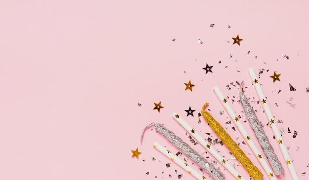Draufsichtkopien-raumrahmen mit kerzen und funkeln auf rosa hintergrund