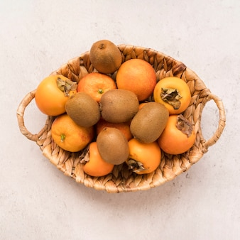 Draufsichtkorb mit exotischen früchten auf dem tisch
