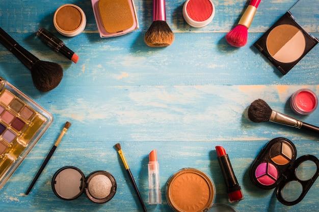 Draufsichtkosmetik make-up gesetzt auf einen holztisch