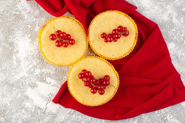 Draufsichtkuchen mit preiselbeeren köstlich und perfekt gebacken auf dem hellen hintergrundkuchenkekszuckersüß