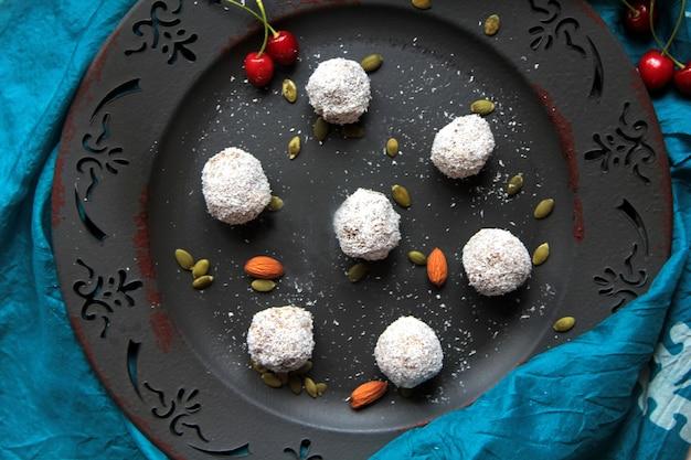 Draufsichtkugeln in kokosnuss mit mandeln und kirschen