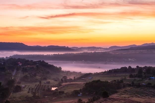 Draufsichtlandschaft mit dem nebel bei khao ta kean ngo, khao kho bezirk, phetchabun, thailand