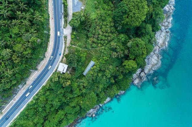 Draufsichtlandschaft von tropischem meer mit seeseitestraße