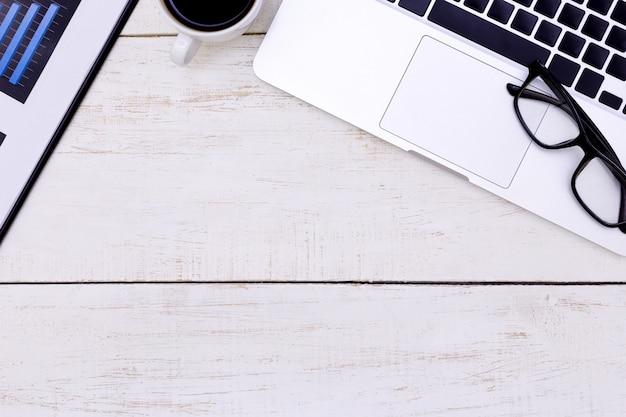 Draufsichtlaptophintergrund und kopienraum auf hölzernem hintergrund, weißes schreibtischbüro mit laptop