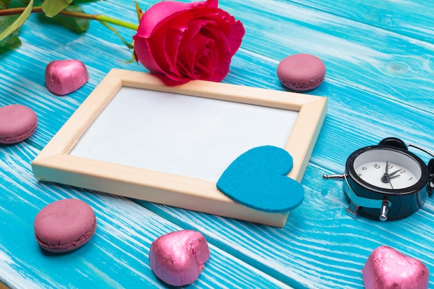 Draufsichtliebesfeiertagsfeier kreative valentine day-romantische zusammensetzungsebenenlage roter herzkalender-datumsblauer hölzerner hintergrund