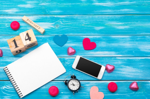 Draufsichtliebesfeiertagsfeier kreative valentine day-romantische zusammensetzungsebenenlage rotes herz-kalenderdatum