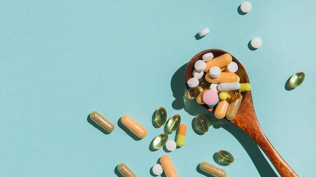 Draufsichtlöffel mit medizin auf dem tisch