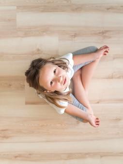 Draufsichtmädchen, das yoga tut