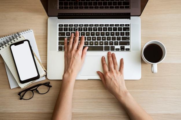 Draufsichtmann, der auf laptop schreibt