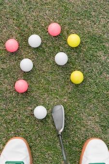 Draufsichtmann, der golf auf platz spielt