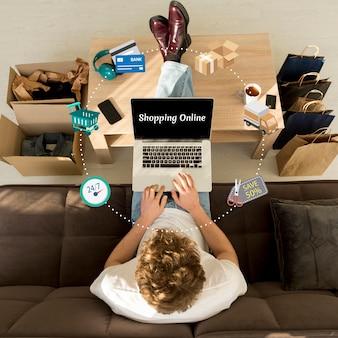 Draufsichtmann, der online-einkauf auf seinem laptop tut