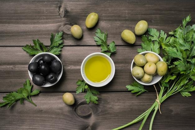 Draufsichtmischung von frischen oliven auf dem tisch