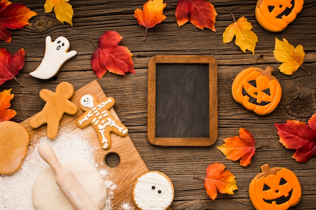 Draufsichtmischung von halloween-plätzchen mit modell