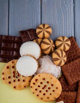 Draufsichtmischung von keksen mit schokoladen- und lebkuchenplätzchen auf einem tisch
