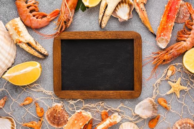 Draufsichtmischung von köstlichen meeresfrüchten auf tabelle