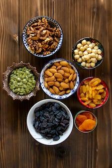 Draufsichtmischung von nüssen und getrockneten früchten mandeln rosinen kürbiskerne mit getrockneten aprikosen auf einem tisch