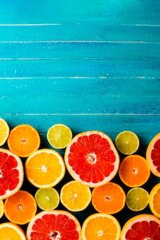 Draufsichtmischung von zitrusfrüchten auf tabelle