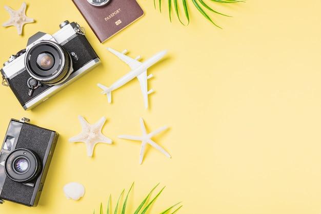 Draufsichtmodell retro-kamerafilme flugzeug verlässt seesternreisender tropisches strandzubehör