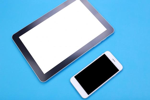 Draufsichtmodell tablette und smartphone auf blauem pastellhintergrund
