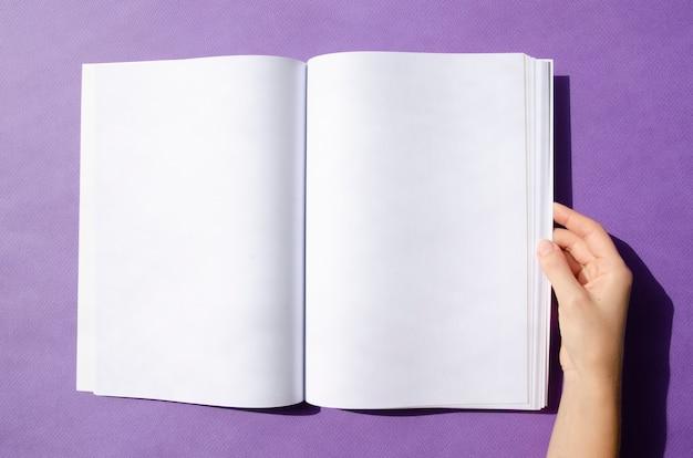 Draufsichtmodellzeitschrift mit buntem hintergrund