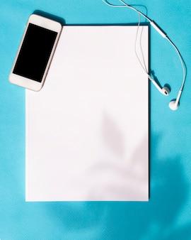 Draufsichtmodellzeitschrift mit einem smartphone