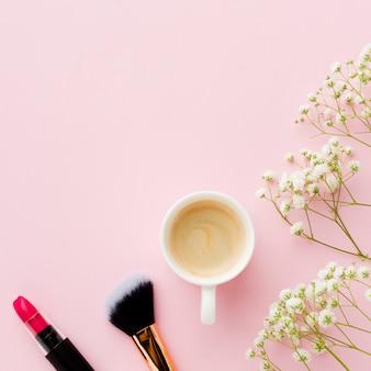 Draufsichtmorgenkaffee mit lippenstift und bürste