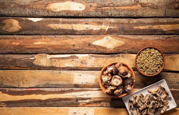 Draufsichtnahrungsmittelanordnung mit pilzen