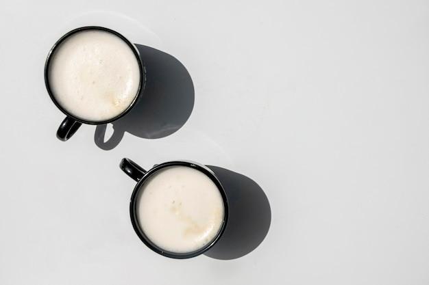 Draufsichtpaare tasse kaffees