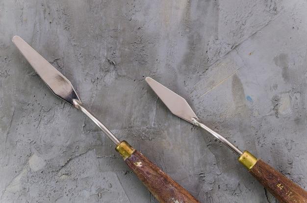 Draufsichtpalettenmesser auf konkretem hintergrund