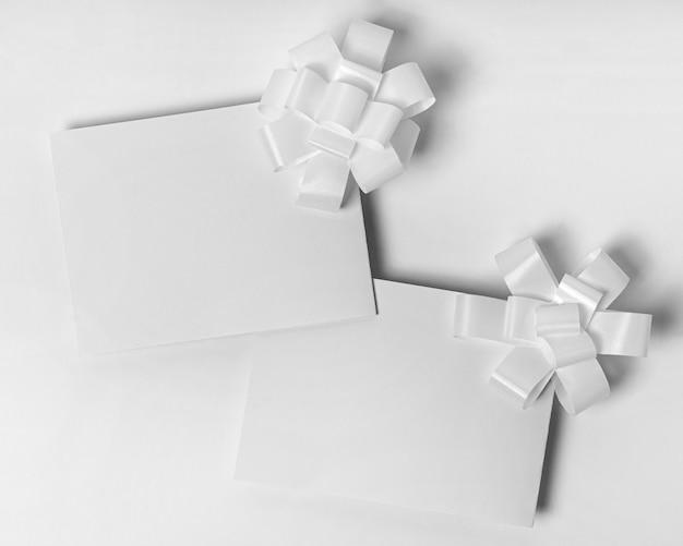 Draufsichtpapier mit weißen schleifen
