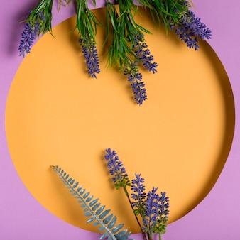 Draufsichtpapierkreis mit lavendel dazu