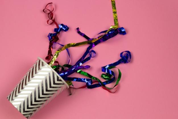 Draufsichtpapierschale und glänzendes confetty sommergetränk-parteikonzept