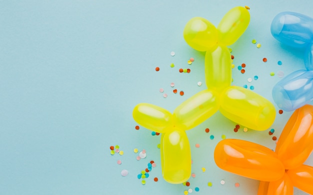Draufsichtparteirahmen mit ballonen und blauem hintergrund
