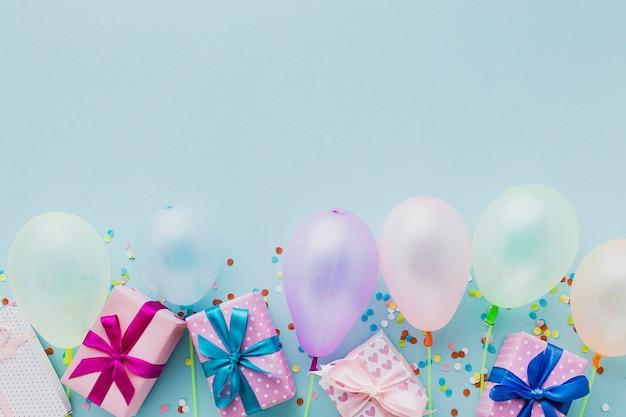 Draufsichtparteirahmen mit ballonen und geschenken