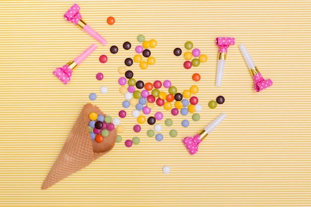 Draufsichtpartyhörner nahe bei süßigkeiten