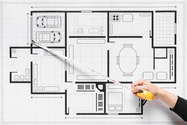 Draufsichtperson, die an architekturprojekt arbeitet