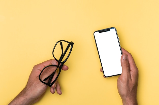 Draufsichtperson, die modell smartphone hält