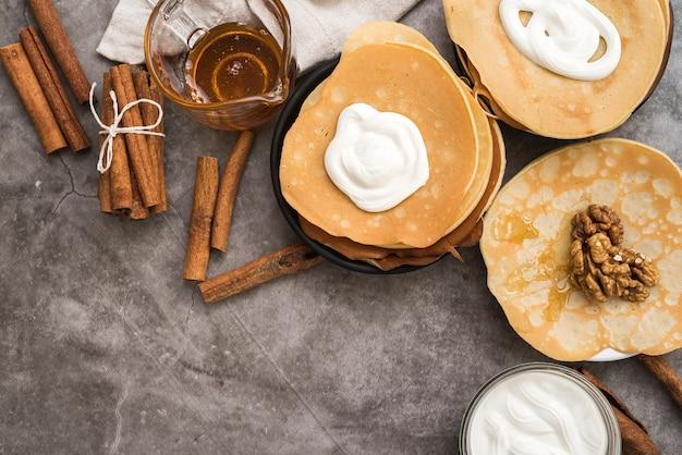 Draufsichtpfannkuchen mit ahornsirup auf dem tisch