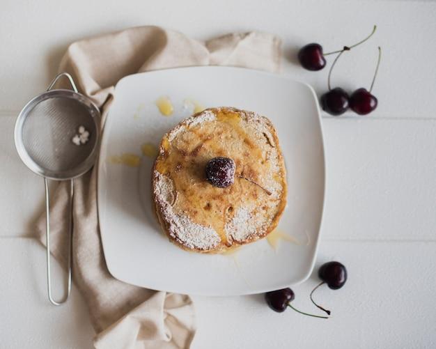 Draufsichtpfannkuchen mit kirschen