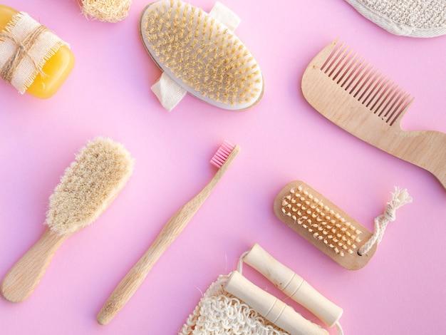 Draufsichtpflegeprodukte auf rosa hintergrund