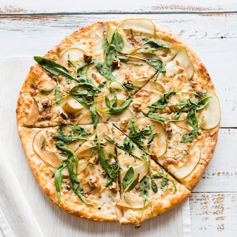 Draufsichtpizza auf weißer tabelle