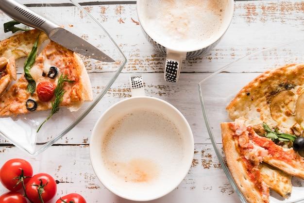 Draufsichtpizza mit kaffee