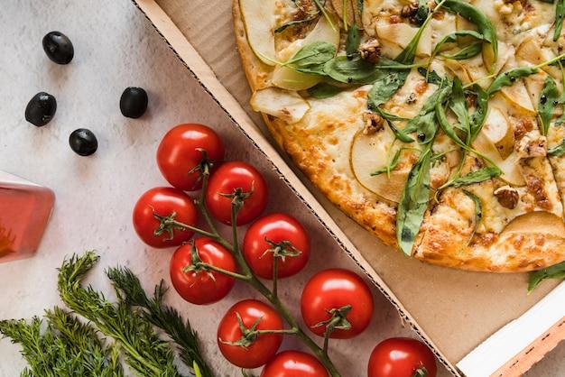 Draufsichtpizza mit tomaten