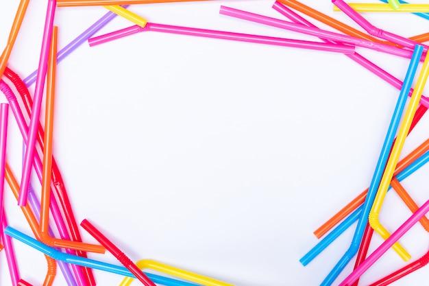 Draufsichtplastikstrohe auf weißem hintergrund mit kopienraum für design, stoppen sie, plastik zu verwenden