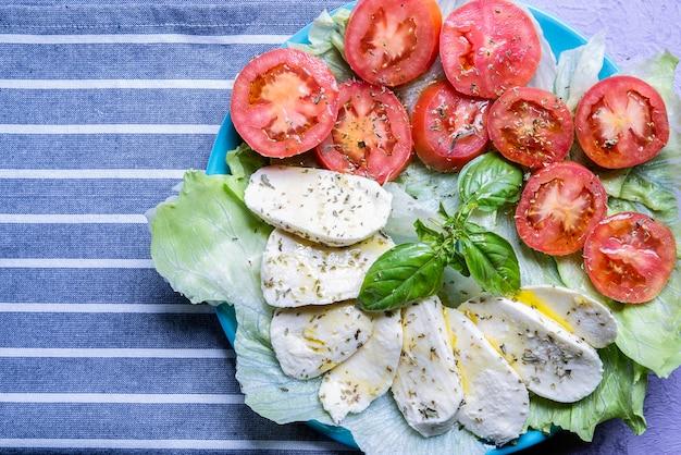 Draufsichtplatte mit caprese mozzarella italienische kulinarische tradition sommer mediterrane vegetarische diät über kopf