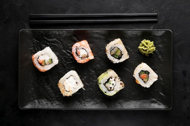 Draufsichtplatte mit frischem sushi auf dem schreibtisch