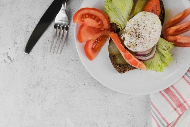 Draufsichtplatte mit frühstück auf tisch