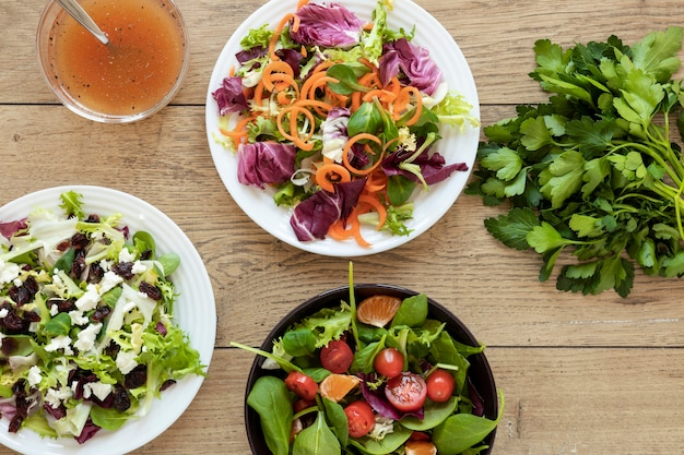 Draufsichtplatte mit salat auf tisch